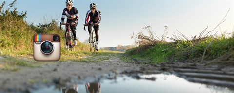 2 cyclist training on cobblestones