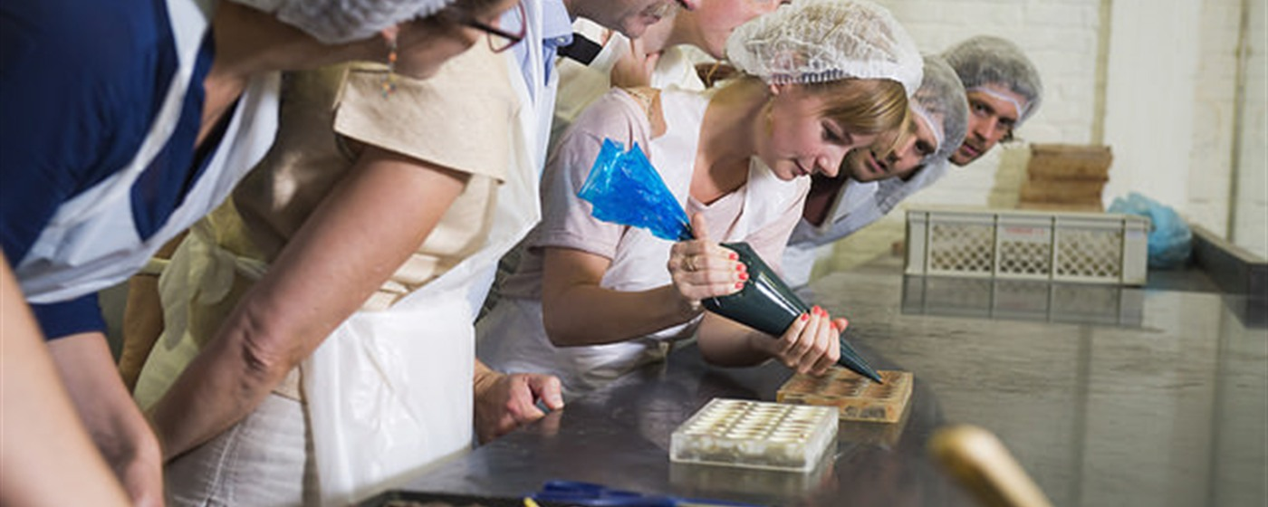 Filling a chocolate mold @the chocolate workshop ©VISITFLANDERS