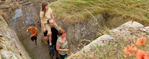 family visiting Death trenches in Diksmuide - ©milo-profi