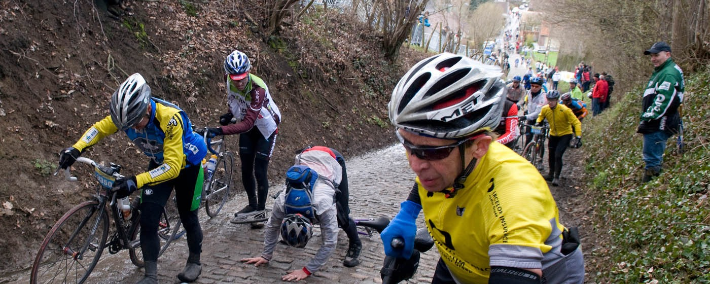 Cyclists having problems on the Koppenberg - ©KoenDeLanghe