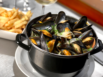 Mussels with Fries - VisitFanders - © www.milo-profi.be