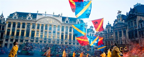Ommegang in Brussels: flag wavers - ©Emilie Bertrand