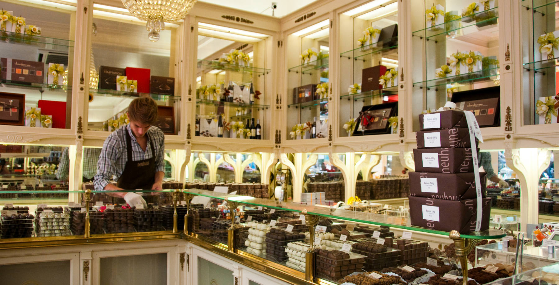 Seller at Neuhaus Chocolate Store Brussels (c) Pieter Heremans