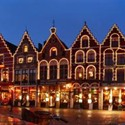 Market square Bruges by night -© Steven2358 (https://creativecommons.org/licenses/by-nd/2.0/)