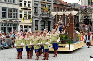 The statue's arrival by boat - Hanswijk Procession - Mechelen