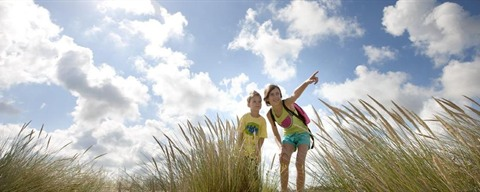 Children playing in the dunes, Middelkerke ©Westtoer