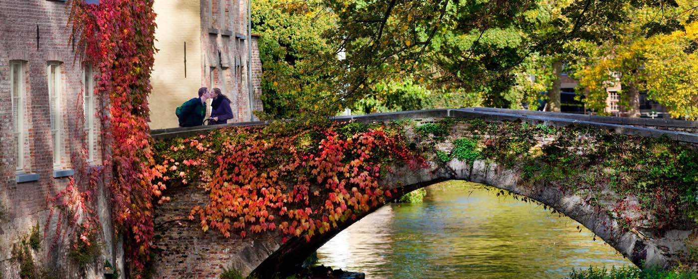 Couple kissing on a bridge in Bruges - Jan D'Hondt