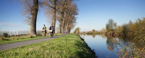 Couple qui fait de la bicyclette le long du canal - ©Wouter Van Vooren