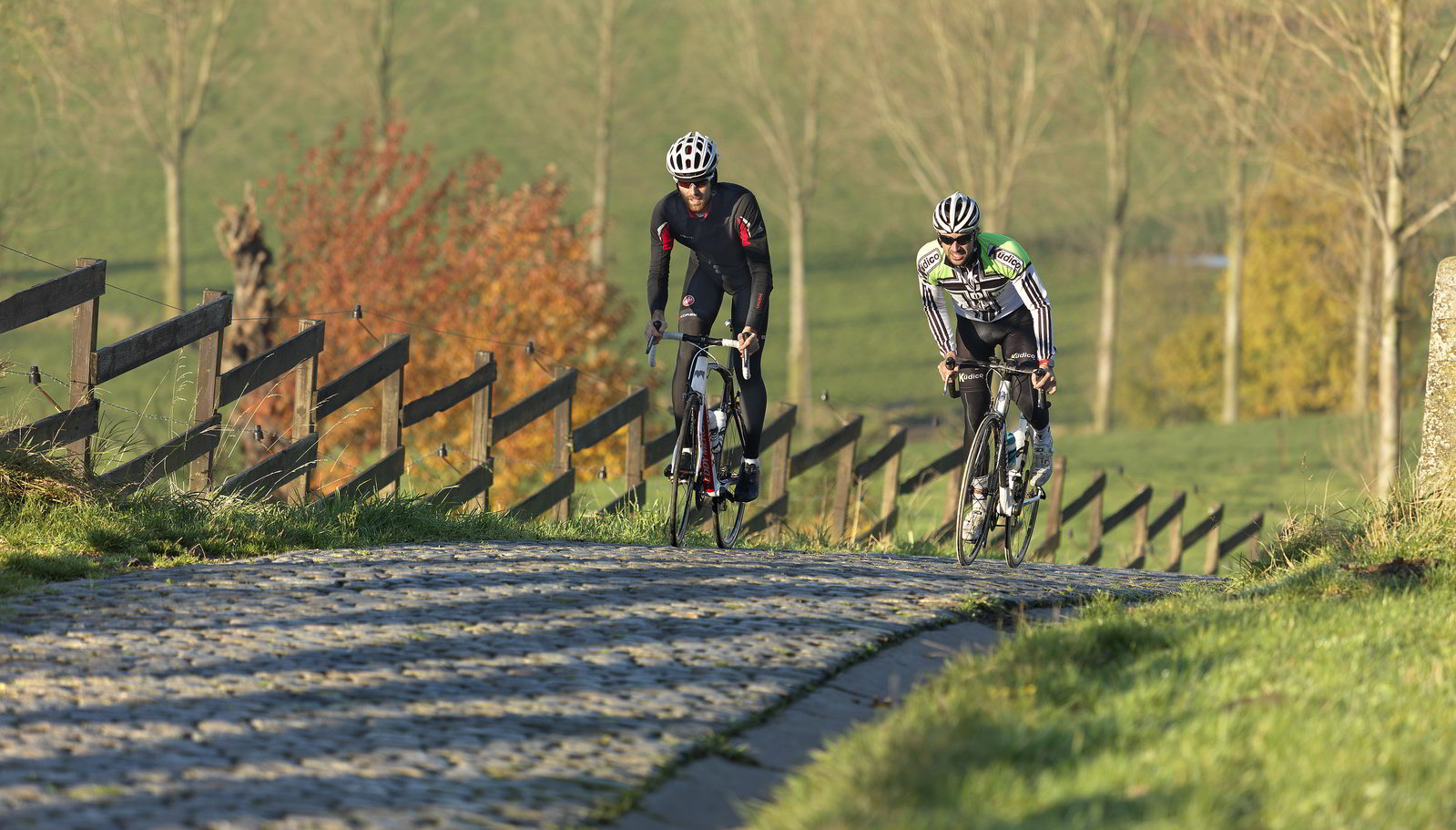 Cyclsits on cobblestones © Visitflanders