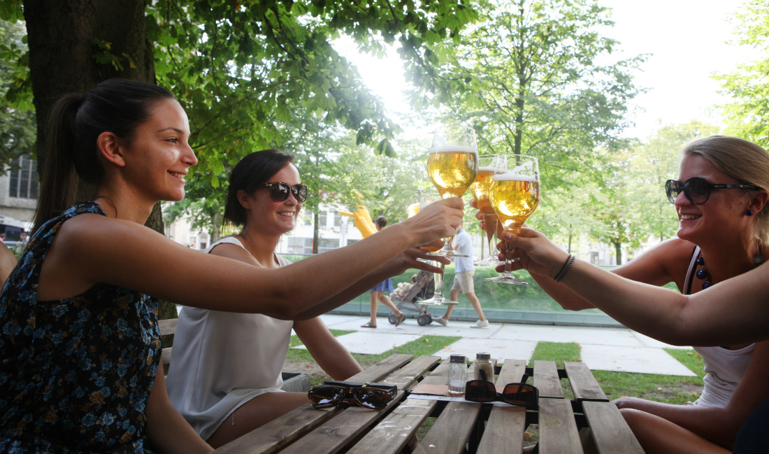 Women enjoying a beer ©VisitMechelen - photo Layla Aerts (copyright always obligatory)
